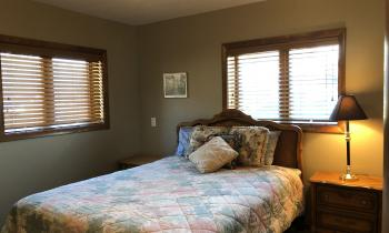 Columbia Room with Queen Bed at Lakeview House